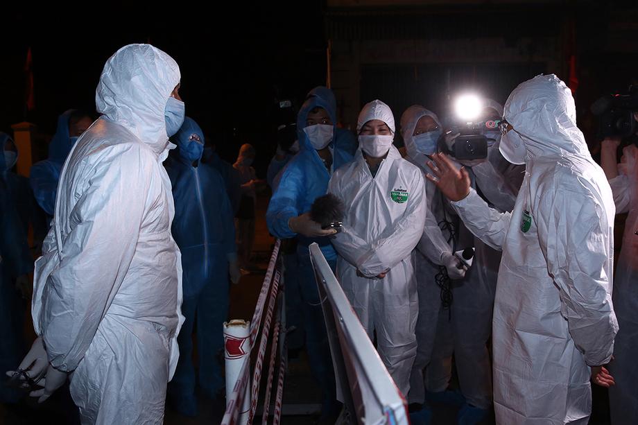 Phó thủ tướng Vũ Đức Đam kiểm tra chốt cách ly tại thị xã Đông Triều, tỉnh Quảng Ninh, tối 31/1. Ảnh: Đình Nam