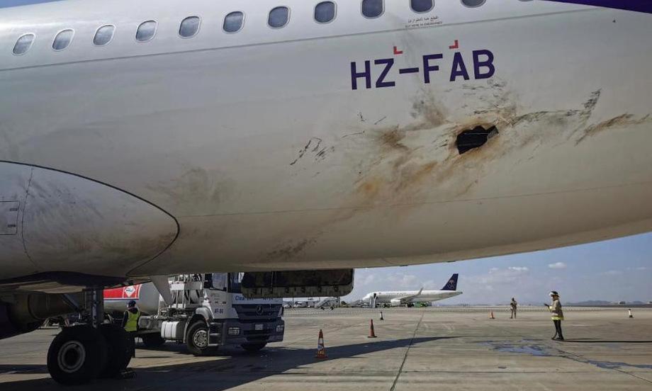 Lổ thủng trên thân máy bay A320 tại sân bay Abha hôm 10/2. Ảnh: Twitter/breakingavnews.