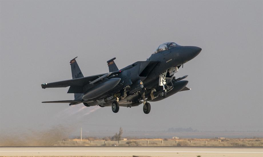 Tiêm kích F-15E của Mỹ cất cánh từ một sân bay ở Trung Đông, tháng 2/2020. Ảnh: USAF.
