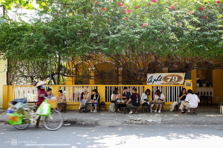Quán cà phê 79 Hoàng Diệu thu hút giới trẻ với kiến trúc Pháp cổ và giàn hoa giấy đặc trưng. Ảnh: Nguyễn Đông.
