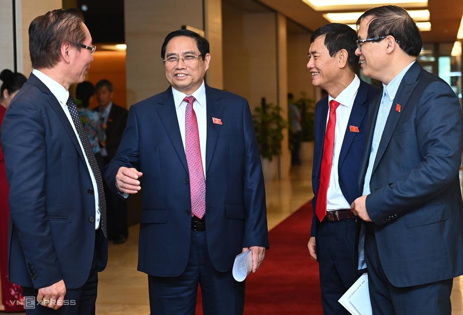 Tân Thủ tướng Phạm Minh Chính cùng các đại biểu Quốc hội bên hành lang Quốc hội. Ảnh: Giang Huy