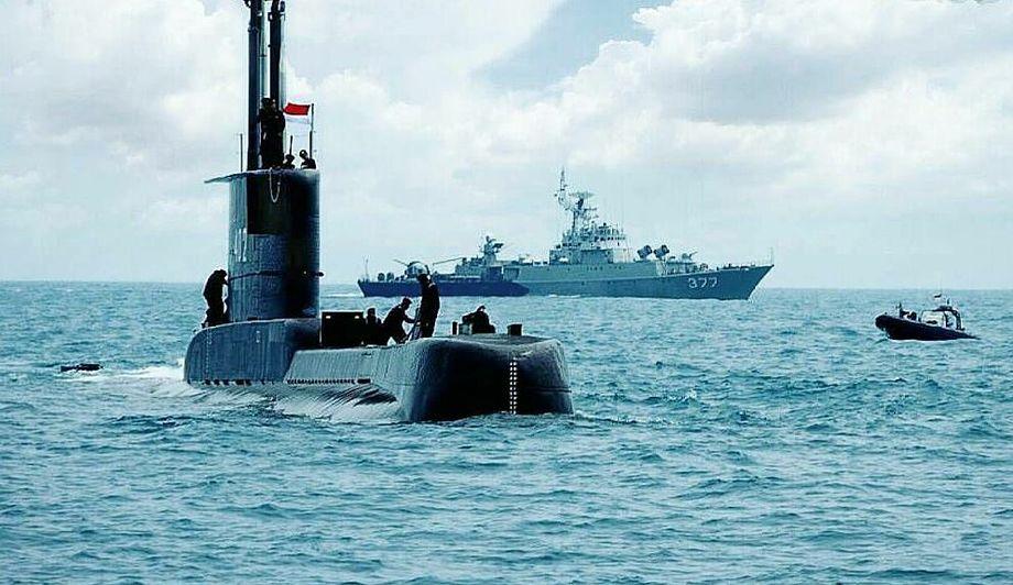 Tàu ngầm KRI Nanggala (trái) trong một cuộc diễn tập năm 2017. Ảnh: Hải quân Indonesia.