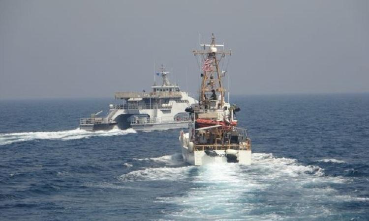 Tàu Harth 55 (trái) cắt mặt USCG Monomoy hôm 2/4. Ảnh: US Navy.