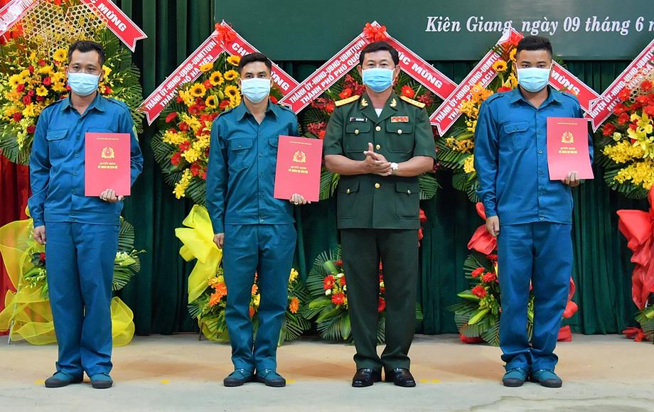 Đại tá Đàm Kiến Thức - Chỉ huy trưởng Bộ chỉ huy quân sự tỉnh Kiên Giang trao quyết định thành lập Ban chỉ huy hải đội. Ảnh: Nguyễn Phương