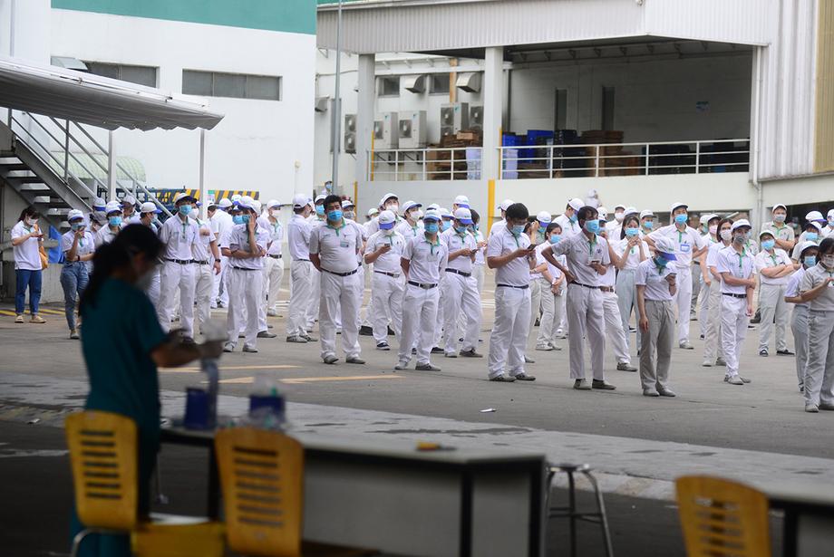 Công nhân của Công ty Nidec Sankyo được lấy mẫu xét nghiệm, chiều 29/6. Ảnh: Quỳnh Trần.