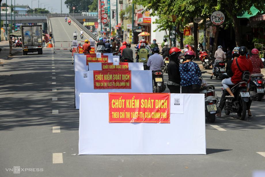 Một chốt kiểm soát dịch trên đường Nguyễn Kiệm, TP HCM vào ngày 2/6. Ảnh: Quỳnh Trần.