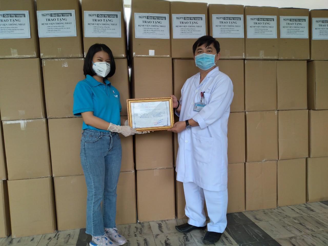 Đại diện Bệnh viện Thống Nhất gửi thư cảm ơn đến Quỹ Hy vọng sau khi tiếp nhận các trang thiết bị phòng hộ cho y bác sĩ. Ảnh: Hiền Ly.