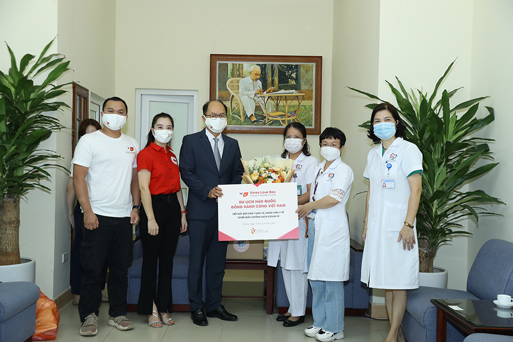 Đại diện bệnh viện đa khoa Đống Đa tiếp nhận quà tượng trưng từ đoàn tiếp sức.