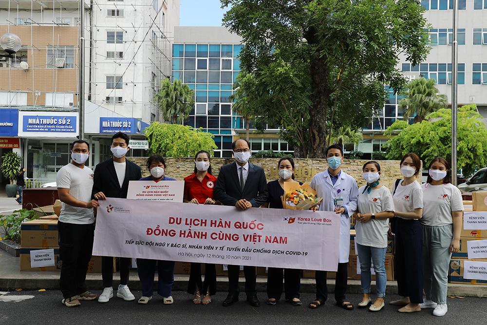 Đại diện quỹ Hy vọng, KTO và Hội chữ thập đỏ trao quà tại bệnh viện Thanh Nhàn.